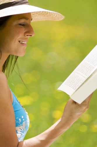 Junge Frau liest Buch , sitzen in Wiese